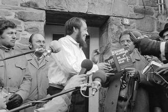 Александр Солженицын с копией «Архипелага ГУЛАГ» в немецком Лангенбройхе, 14 февраля 1974 года