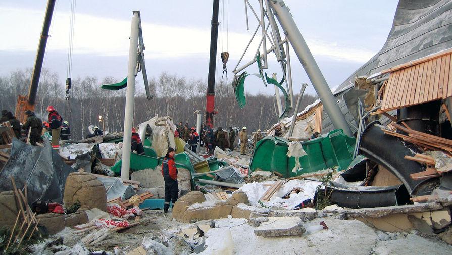 Разбор завалов на месте обрушения крыши «Трансвааль-парка» в московском Ясенево, 15 февраля 2004 года