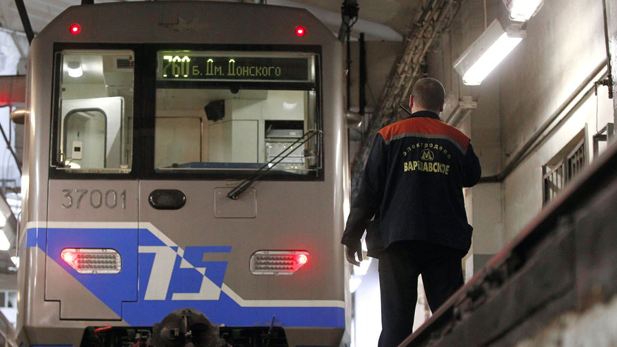 Девушка упала на рельсы в московском метро