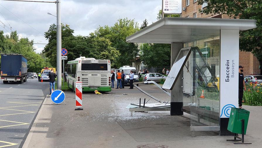 Последствия ДТП с автобусом в Люблино, в результате которого погибла женщина, 20 июля 2020 года