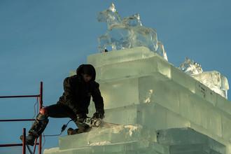 Участники фестиваля «Ледовая Москва. В кругу семьи» во время создания ледовых скульптур в парке Победы в Москве