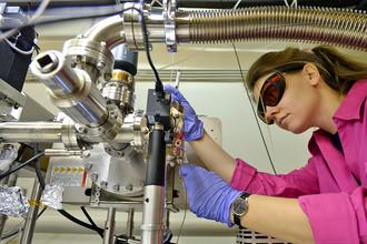 Научный сотрудник собирает установку для получения бозе-конденсатов атомов тулия