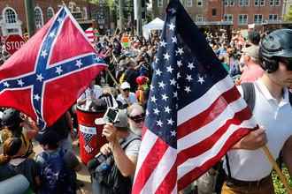 Белые националисты и их противники во время столкновений около парка Ли (генерала армии конфедератов Роберта Ли. — «Газета.Ru») в городе Шарлотсвилль, штат Виргиния, 12 августа 2017 года