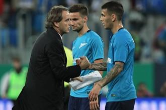 Игрок «Зенита» Леандро Паредес, Эмануэль Маммана и главный тренер Роберто Манчини (справа налево) во втором матче раунда плей-офф Лиги Европы