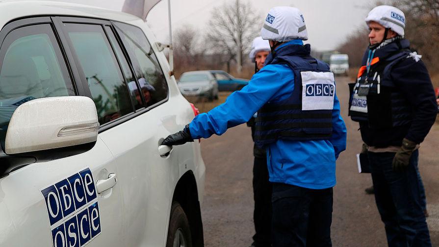 Представители Организации по безопасности и сотрудничеству в Европе (ОБСЕ) перед началом отвода подразделений Народной милиции ДНР из участка возле села Петровское