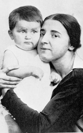 Жена Сталина Надежда Аллилуева с сыном Василием, 1922 год