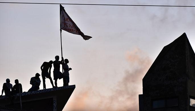 Заключенные тюрьмы Alcacuz на северо-востоке Бразилии во время беспорядков, 16 января 2017 года
