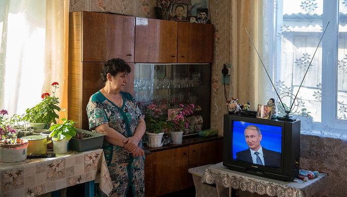 Жительница поселка Большие Уки в Омской области во время трансляции «Прямой линии с Владимиром Путиным», апрель 2016 года