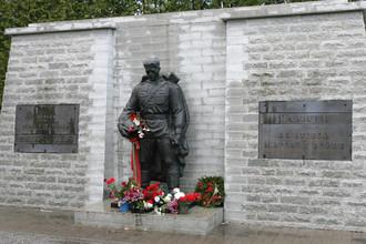 Памятник советскому Воину-освободителю «Бронзовый солдат» на таллинском Военном кладбище. Памятник был перенесен сюда из центра Таллина с холма Тынисмяги