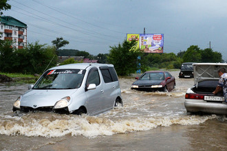 Автомобили на затопленной улице Уссурийска