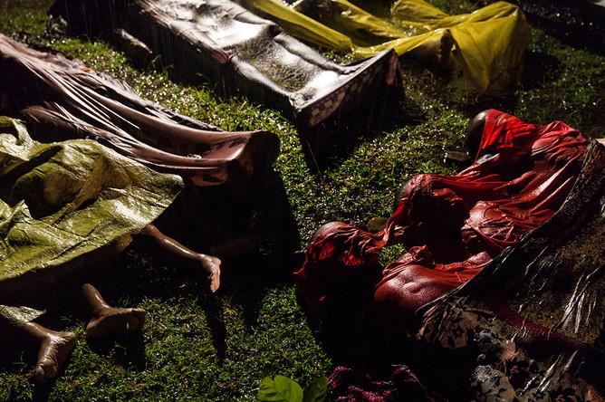 Фото сделано австралийским фотографом Патриком Брауном на одном из пляжей Бангладеша, недалеко от которого перевернулась лодка с рохинджа, которые пытались бежать из Мьянмы. Всего в лодке было около ста человек, выжило всего семнадцать; Браун сделал фото тел, подготовленных к транспортировке.