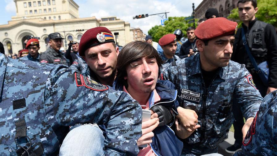 В Ереване к демонстрантам присоединились военные. Live
