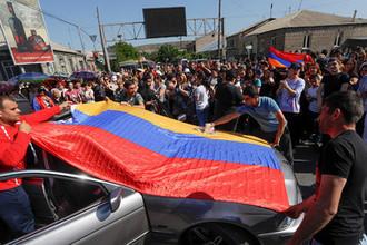 Сторонники лидера оппозиции в Армении Никола Пашиняна на улицах Еревана, 2 мая 2018 года