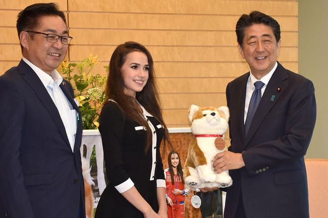 Олимпийская чемпионка по фигурному катанию Алина Загитова и премьер-министр Японии Синдзо Абэ во время встречи, 24 июля 2019 года. Алина Загитова подарила премьер-министру Японии С.Абэ плюшевую собаку породы акита-ину