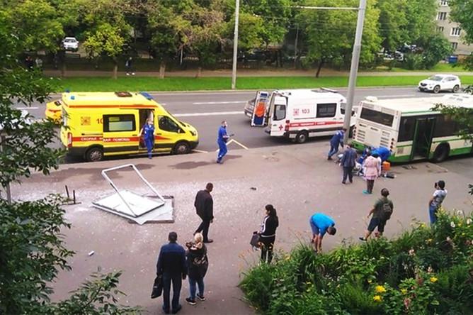Ситуация на месте наезда автобуса на остановку общественного транспорта в московском районе Люблино, 20 июля 2020 года