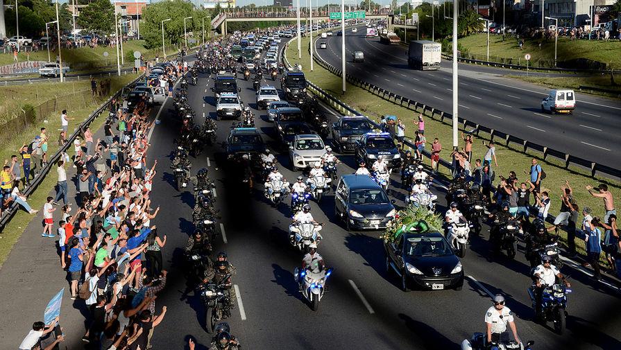 Похоронный кортеж с телом Диего Марадоны движется в сторону кладбища в Буэнос-Айресе