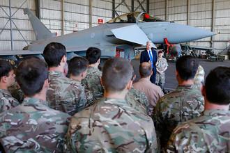 Британские военные около истребителя Typhoon на авиабазе Акротири на Кипре