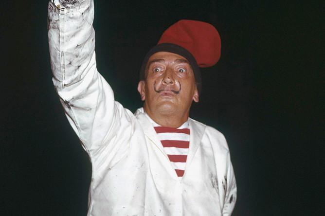 Сальвадор Дали во время работы над декорациями в Лондоне, 1961 год