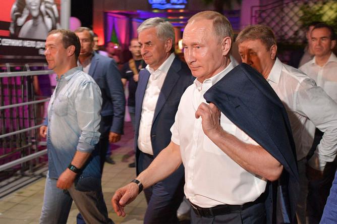 Президент РФ Владимир Путин, президент Абхазии Рауль Хаджимба и премьер-министр РФ Дмитрий Медведев