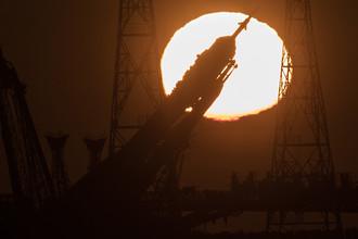 Во время вывоза ракеты-носителя «Союз-ФГ» с транспортным пилотируемым кораблем «Союз МС-07» из монтажно-испытательного корпуса на стартовую площадку космодрома Байконур