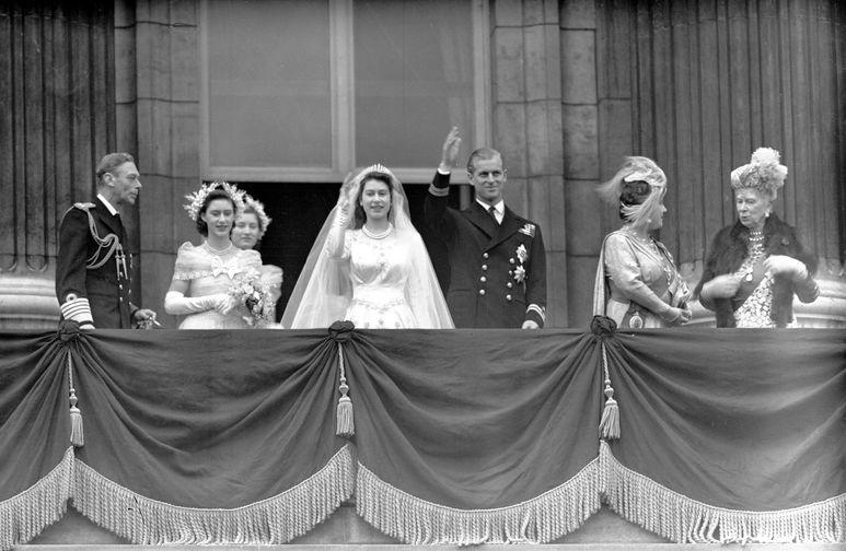 В начале 1947 года принцесса Елизавета вместе с родителями и сестрой Маргарет отправилась в путешествие в Южную Африку — в туре она отметила 21 день рождения. По возвращении ее ждало больше событие: в июле 1947 года была объявлена ее официальная помолвка с Филиппом Маунтбеттеном, ее дальним родственником, с которым она начала переписываться еще в 1939-м, в возрасте 13 лет. Венчание состоялось 20 ноября 1947 года в Вестминстерском аббатстве. На фото принцесса Елизавета и принц Филипп Маунтбеттен во время свадьбы в Букингемском дворце.