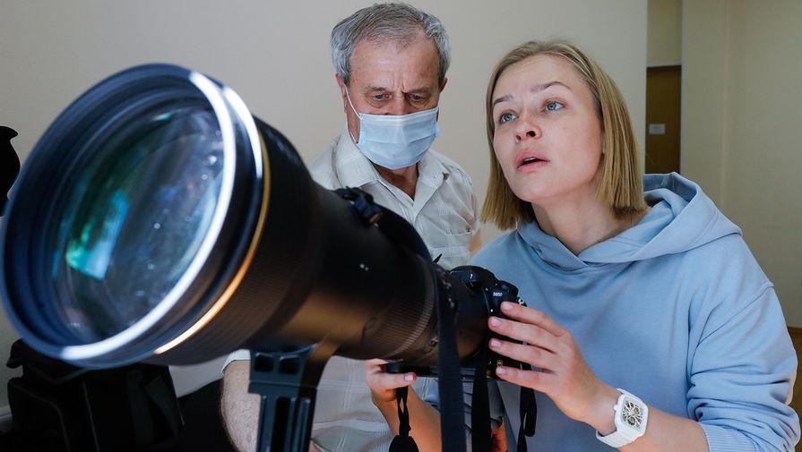 Актриса Юлия Пересильд во время обучения съемке на фотоаппаратуру в Центре подготовки космонавтов им. Ю.А. Гагарина, 26 мая 2021 года