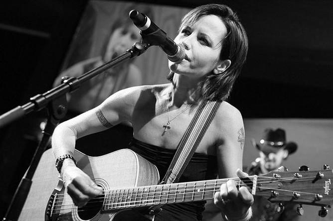 <b>Долорес О'Риордан (6 сентября 1971 &ndash; 15 января 2018).</b> Ирландская певица, композитор и автор песен, вокалистка рок-групп The Cranberries и D.A.R.K.