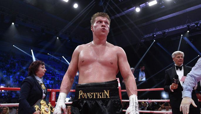 Российский боксер Александр Поветкин после победы в титульном поединке против украинца Андрея Руденко