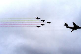 Транспортный самолет «Ил-76» и пилотажная группа «Белая Русь» на самолетах «Л-39» на военном параде в Минске, посвященном празднованию Дня Независимости Белоруссии, 3 июля 2018 года