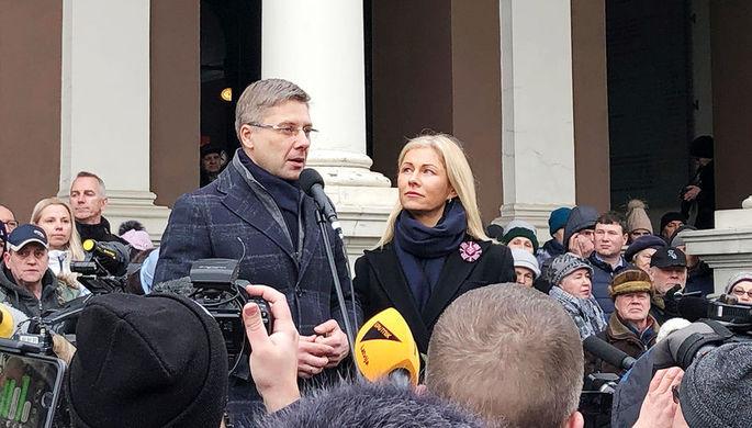 Мэр Риги Нил Ушаков и его супруга Ивета Страутиня-Ушакова во время митинга в поддержку Ушакова на Ратушной площади, 9 февраля 2019 года