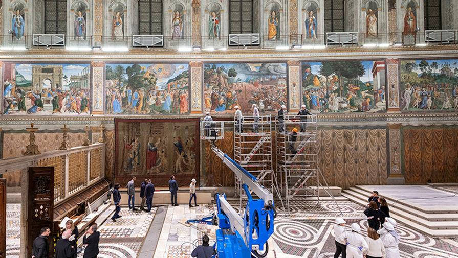 Гобелены работы художника Рафаэля Санти на библейские сюжеты «Деяния апостолов», представленные в Сикстинской капелле в Ватикане, февраль 2020 года