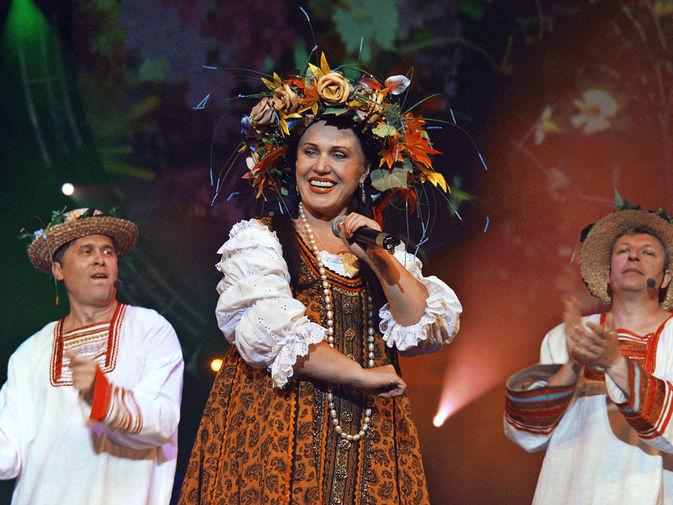 Надежда Бабкина во время выступления на концерте в честь Дня строителя, 2003 год