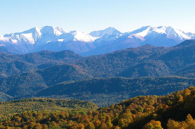 Леса, растущие на склонах гор – от их подножия до альпийских лугов, защищают равнины, на которых стоят дома местных жителей. Эта взаимосвязь, необходимая для сохранения экологического баланса гор и равнин, зачастую не осознается или принижается.