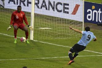 Луис Суарес забивает гол в ворота сборной Франции