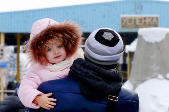 Беженцы из Украины на пропускном пункте «Успенка» на украинско-российской границе