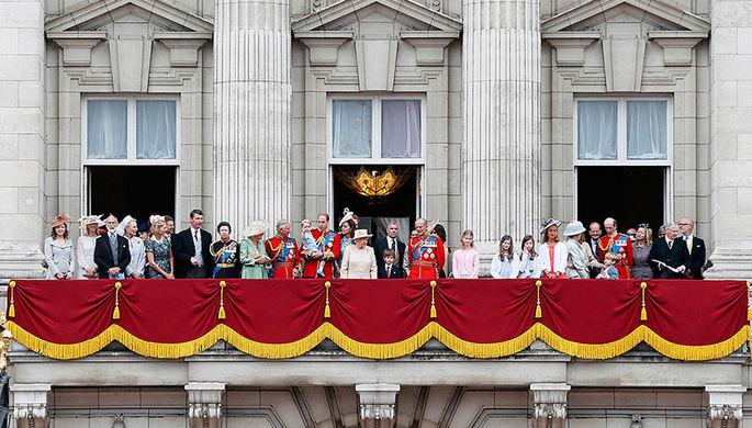 Члены британской королевской семьи на балконе Букингемского дворца