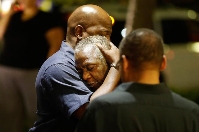 Горожане около афроамериканской церкви, где произошло массовое убийство