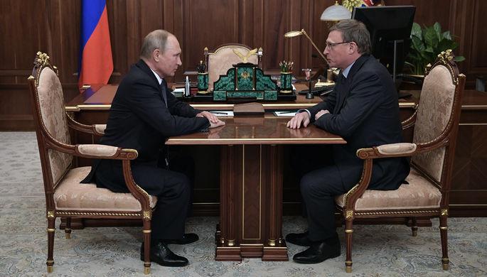 Президент России Владимир Путин и врио Омской области Александр Бурков во время встречи в Кремле, 9 октября 2017 года