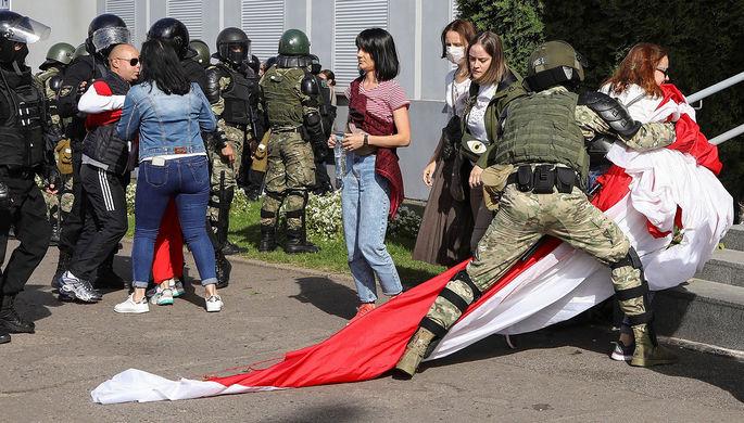 Белорусские силовики во время задержания протестующих в день оппозиционного «Марша героев» в Минске, 13 сентября 2020 года