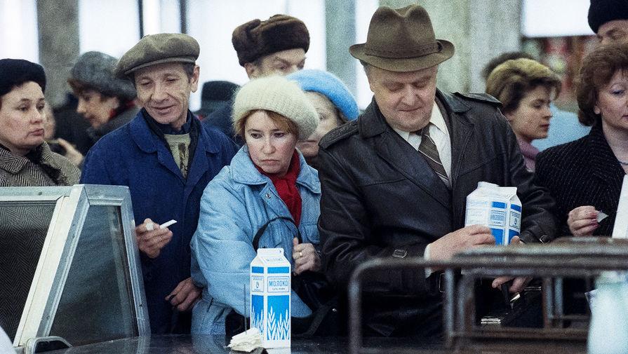 Очередь за молоком в продуктовом магазине в Москве, 2 апреля 1991 года