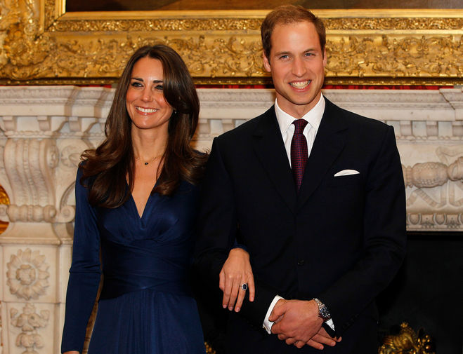 Принц Уильям и Кейт Миддлтон познакомились в 2001 году в университете Сэнт-Эндрюс, когда обоим было по 19 лет, встречаться они начали в 2003-м. В октябре 2010-го на отдыхе в Кении Уильям сделал Кейт предложение – и преподнес кольцо с сапфиром и бриллиантами, которое носила его мать принцесса Диана. Месяцем позже Кларенс-Хауз объявил дату свадьбы пары – 29 апреля 2011 года