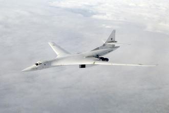 Советский сверхзвуковой стратегический бомбардировщик Ту-160 в воздухе, 1989 год