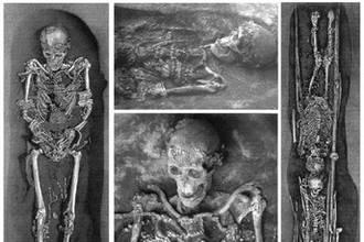 Слева и посередине: скелет мужчины Сунгирь-1. Справа: дети Сунгирь-2 (старший ребёнок, 12-14 лет)- сверху, и Сунгирь-3 (младший ребёнок, 9-10 лет) — снизу. Видны многочисленные украшения в виде бусин из бивня мамонта, которыми была расшита одежда умерших