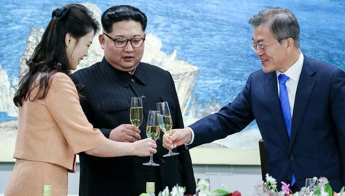 Лидеры КНДР и Южной Кореи Ким Чен Ын и Мун Джэин, и первая леди Северной Кореи Ли Соль Чжу во время...