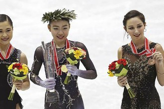 Сатоко Мияхара (слева), Рика Кихира (в центре) и Елизавета Туктамышева с наградами NHK Trophy