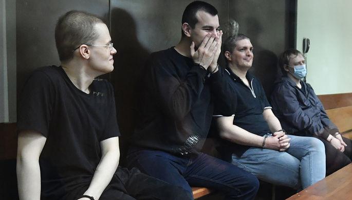 Фигуранты дела «Нового величия» Вячеслав Крюков, Руслан Костыленков, Петр Карамзин и Дмитрий Полетаев (слева направо), обвиняемые в экстремизме, во время оглашения приговора в Люблинском районном суде, 6 августа 2020 года