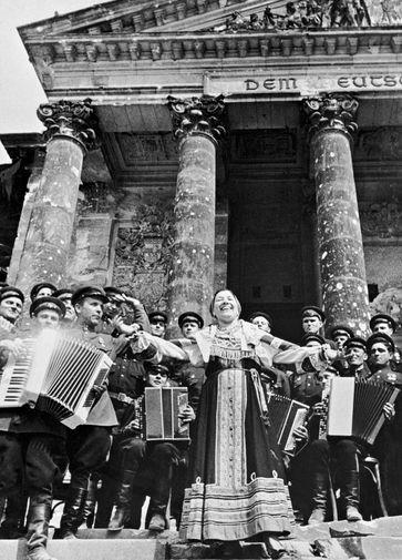 Лидия Русланова во время концерта у стен Рейхстага, 2 мая 1945 года