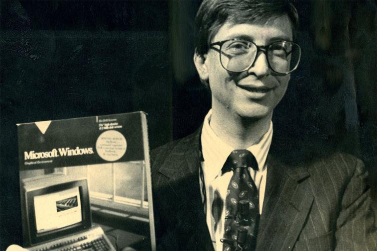 Билл Гейтс с первой версией ОС Windows