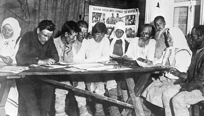 Чувашские крестьяне в кружке по ликвидации неграмотности, 1928 год