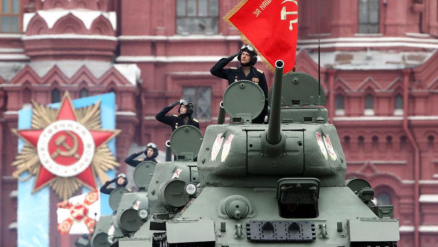 Танки Т-34-85 во время парада, посвященного 76-й годовщине Победы в Великой Отечественной войне, на Красной площади, 9 мая 2021 года